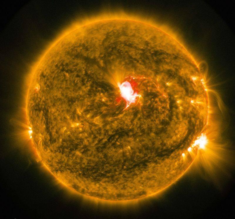 Originalaufnahme des Sonnensturms von der NASA! NASA's Solar Dynamics Observatory captured this image of the sun emitting a mid-level solar flare, peaking at 2:23 p.m. EDT on June 22, 2015.  Credit: NASA/SDO