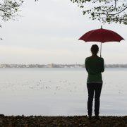 junge Frau mit Regenschirm am See, Müggelsee, Berlin, Deutschland