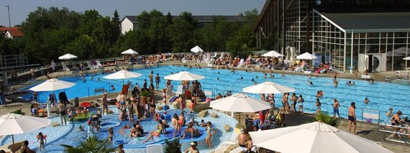 swimming-pool-607613_640